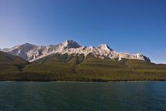 Lago Minnewanka - parque nacional de Banff Fotografía de archivo