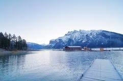 Lago Minnewanka perto de Banff imagens de stock