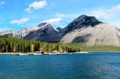 Lago Minnewanka y soporte Astley Imágenes de archivo libres de regalías