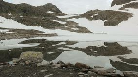 Lago mirror nelle montagne norvegesi archivi video