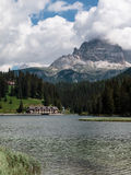 Lago Misurina: Cenário italiano dos cumes das dolomites Fotografia de Stock Royalty Free