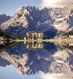 Lago Misurina con el hotel fotografía de archivo libre de regalías