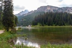Lago Misurina in den italienischen Dolomit stockfotos