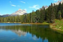 Lago Misurina en dolomías de la montaña de Italia Foto de archivo