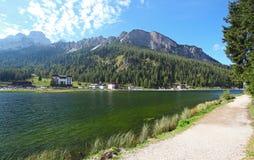 Lago Misurina en dolomías de la montaña de Italia Fotos de archivo