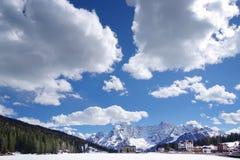 Lago Misurina en invierno La nieve cubre el hielo del lago Monta?a de Sorapis en fondo foto de archivo