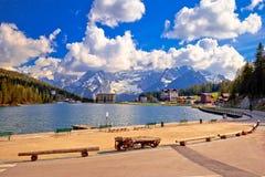 Lago Misurina nella vista alpina del paesaggio delle alpi di Dolomiti Fotografia Stock