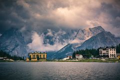 Lago Misurina, scena pittoresca di pomeriggio in Tre Cime Di La Immagini Stock