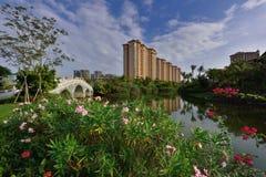 Lago moderno apartment del giardino immagini stock libere da diritti