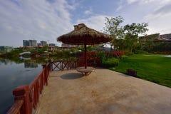 Lago moderno apartment del giardino fotografia stock