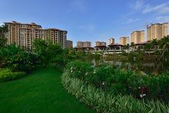 Lago moderno apartment del giardino immagini stock