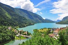 Lago Molveno en las montañas italianas Imagen de archivo libre de regalías