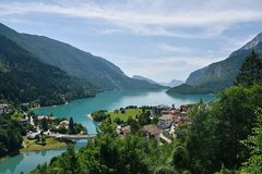 Lago Molveno, Italia Foto de archivo libre de regalías