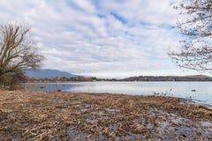 Lago Monate da Cadrezzate, vista verso Travedona - Monate, provincia di Varese, Italia Immagine Stock