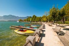 Lago Mondsee, Austria Pilastri e barche di legno Banchi nell'ambito di tre Immagini Stock