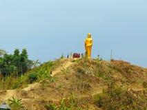 Lago, montaña y estatua religiosa Fotografía de archivo libre de regalías
