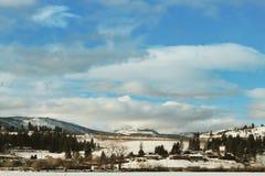 Lago, montañas y ciudad winter Imágenes de archivo libres de regalías