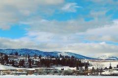 Lago, montañas y ciudad winter Fotos de archivo libres de regalías