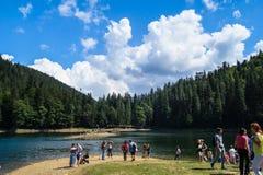Lago montagnoso con la gente Fotografia Stock