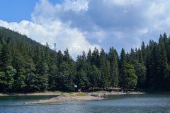 Lago montagnoso con la gente Immagini Stock