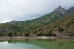 Lago montanhoso em Zelenogorie, Crimeia imagens de stock royalty free