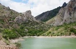Lago montanhoso em Zelenogorie, Crimeia imagens de stock
