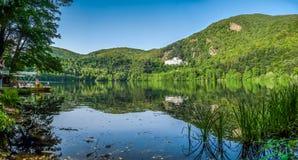 Lago Monticchio con la abadía y Monte Vulture famosos, Basilicata, Italia Fotografía de archivo