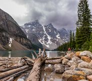 Lago moraine com logs e rochas imagens de stock