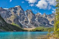 Lago moraine e dez picos Fotografia de Stock