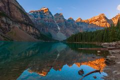 Lago moraine en el amanecer imagen de archivo libre de regalías