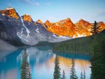 Lago moraine na luz da manhã Imagem de Stock Royalty Free