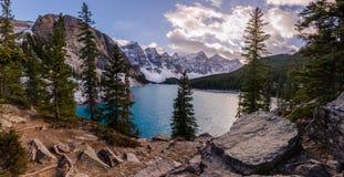 Lago moraine nel parco nazionale di Banff al tramonto Fotografia Stock Libera da Diritti