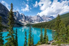 Lago moraine no parque nacional de Banff, canadense Montanhas Rochosas, Alberta, Canadá fotos de stock royalty free