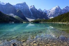 Lago moraine su una mattina di metà dell'estate Immagine Stock