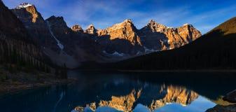 Lago moraine temprano por la mañana Foto de archivo