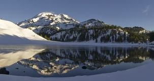 Lago moraine y la hermana del sur Imagen de archivo libre de regalías