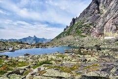 Lago Morena nas montanhas Siberian Fotos de Stock