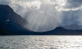 Lago Moreno - Kite surfer in action royalty free stock photos
