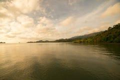 Lago morning con salida del sol imagenes de archivo