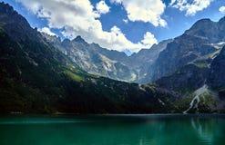 Lago Morskie Oko e picchi rocciosi nell'alta montagna di Tatras Fotografie Stock Libere da Diritti