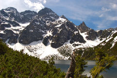 Lago Morskie Oko in montagne polacche di Tatra con il MI Immagine Stock