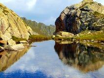Lago mountain in autunno nelle dolomia di Brenta nell'area di? Immagine Stock