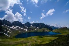 Lago mountain circondato dalle rocce fotografie stock