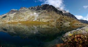 Lago mountain com completamente de superfície Fotos de Stock Royalty Free