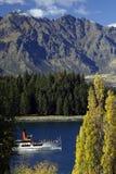 Lago mountain com navio fotografia de stock royalty free