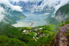 Lago mountain com navio Foto de Stock Royalty Free