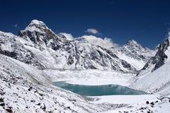 Lago mountain com o Everest no fundo, Nepal imagem de stock royalty free