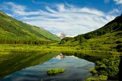 Lago mountain com reflexão da água. Imagem de Stock Royalty Free