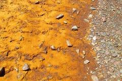 Lago mountain con agua anaranjada del color del metal Foto de archivo