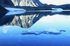 Lago mountain con agua cristalina pura Foto de archivo